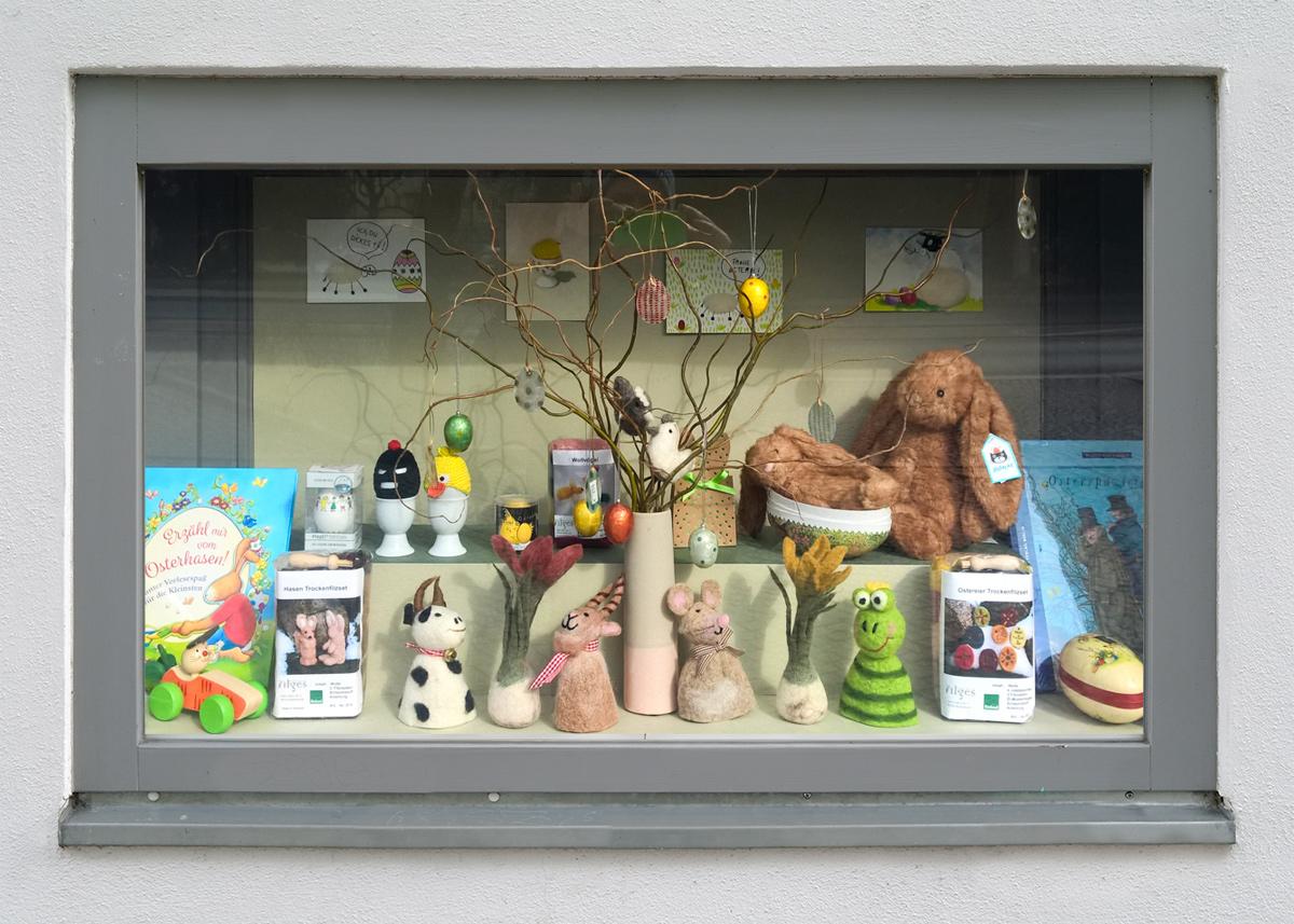Osterzeit in unserem Schaukasten - art+form | GALERIE RAHMUNGEN SPECIALS