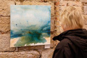"""Blick auf das Bildwerk """"Ufer"""" (Acryl auf Leinwand) von Michael Klose in der Ausstellung """"Wasser. Farbe. Licht"""" bei art+form"""