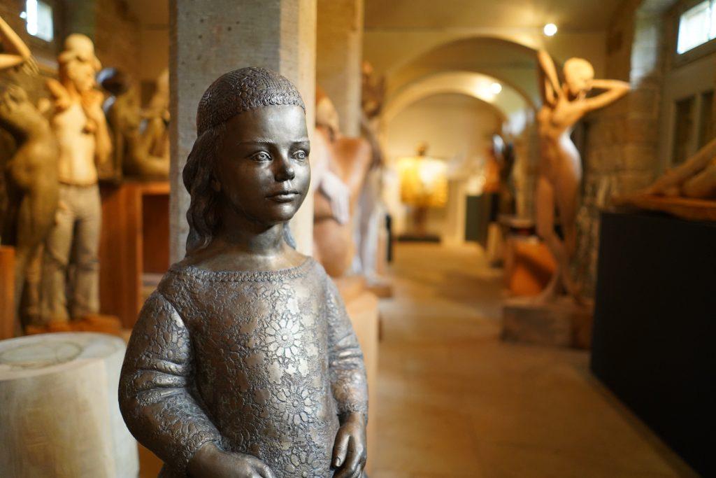Eine ihrer Bronzefiguren, die sie liebevoll Kinderchen nennt